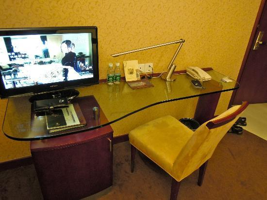 Shanghai Hotel: Desk & Television