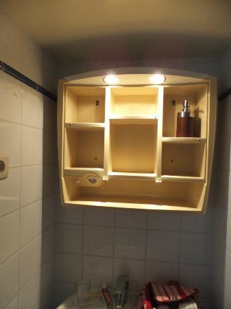 L'Arbre de Vie: armoire cassée