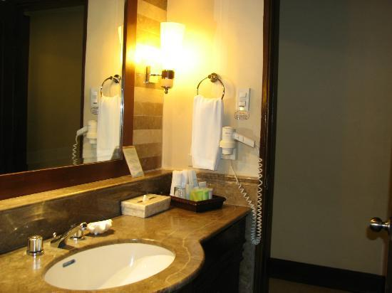 Boracay Regency Beach Resort & Spa: Sink in Bathroom