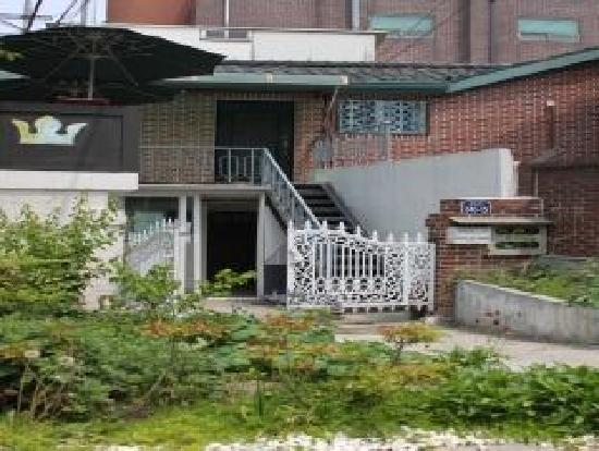 Goldenpond Guesthouse: 입구