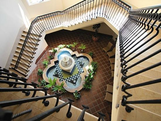 Hotel Nikko Alivila Yomitan Resort Okinawa: 異国情緒漂う館内