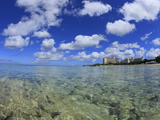 Hotel Nikko Alivila Yomitan Resort Okinawa: 目の前のビーチは、透明度抜群