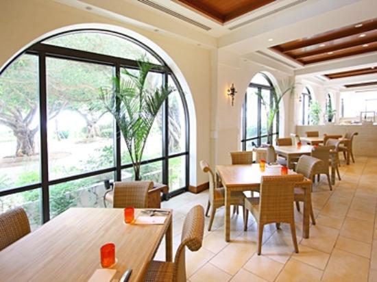 Hotel Nikko Alivila Yomitan Resort Okinawa: 陽光ふりそそぐ「ハナハナ」