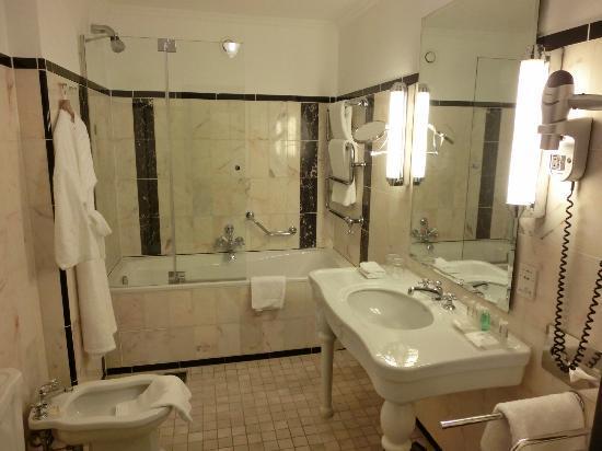Le Meridien Grand Hotel Nürnberg: Bad Zimmer 522