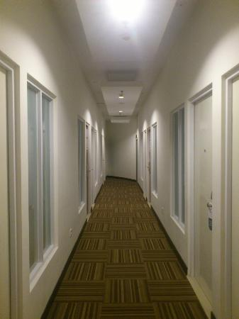 favehotel Pluit Junction: Rooms in the hallway with sealed window facing to each other