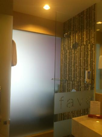 favehotel Pluit Junction: Shower with glass wall facing the room