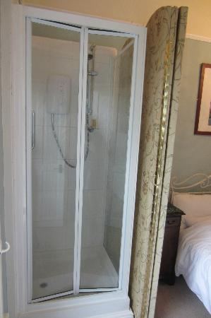 Holmefield Guesthouse: Shower behind screen in corner of bedroom