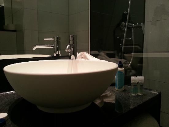 Motel One Munchen-Garching: Bathroom