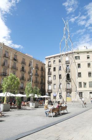 Trobador Rambla Catalunya : View of rear courtyard and modern art