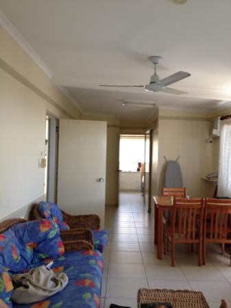 Cairns Queenslander Hotel and Apartments: living area