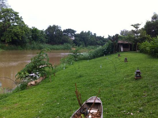 Villa San Pee-Seua: Le jardin, au bord de la rivière Ping