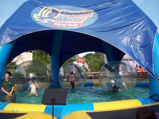 Tamworth, UK: Zorbing on Water at Drayton Manor