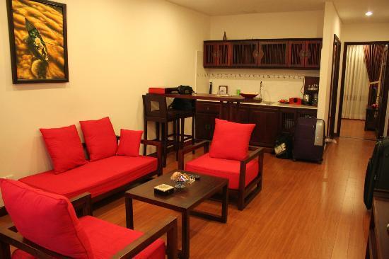 Nam Bo Boutique Hotel: Salón de la Suite con vista al puerto