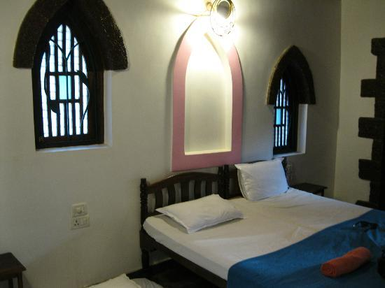 Raman Cottages: Spacious double room, with single mattress on floor for 3 people