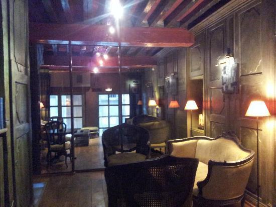 Cour des Loges: the bar