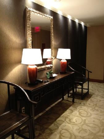 Shangri-La Hotel, Vancouver: Outside room, hall near lift