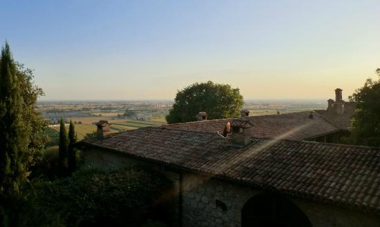 Cappuccini Franciacorta Resort: Amazing view from pool terrace over hotel roof