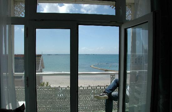 Ommaroo Hotel: Blick vom Zimmer auf Balkon und Meer