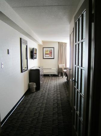 Ramada Plaza Niagara Falls: View towards the bedroom from the sitting area
