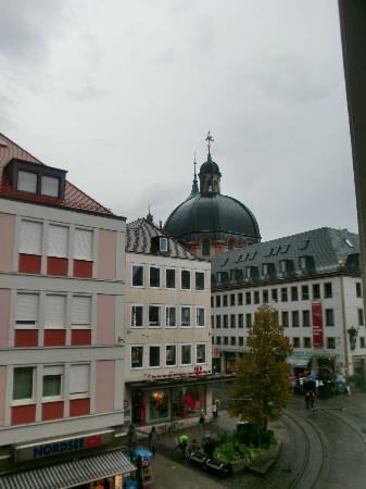 Hotel Zum Winzermännle: Blick vom Zimmer auf das Neumünster