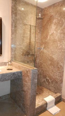 Al Maaden VillaHotel & Spa : 1ère salle de bain