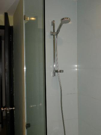 The Camakila Legian Bali: Shower