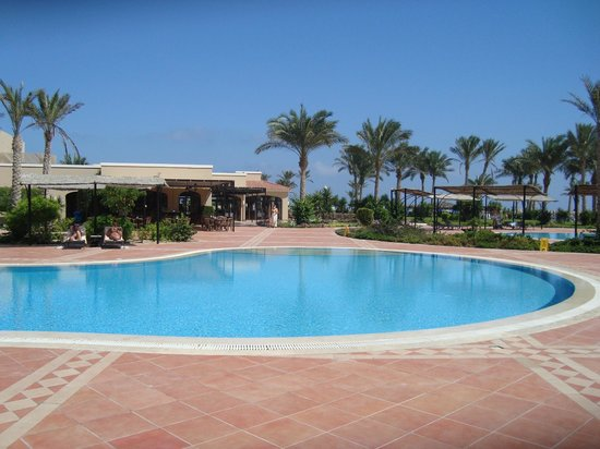 Jaz Almaza Beach Resort: piscina