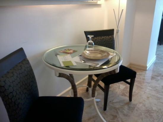 Vivere Hotel: dinning table