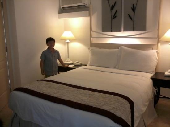 فيفر هوتل: bedroom 