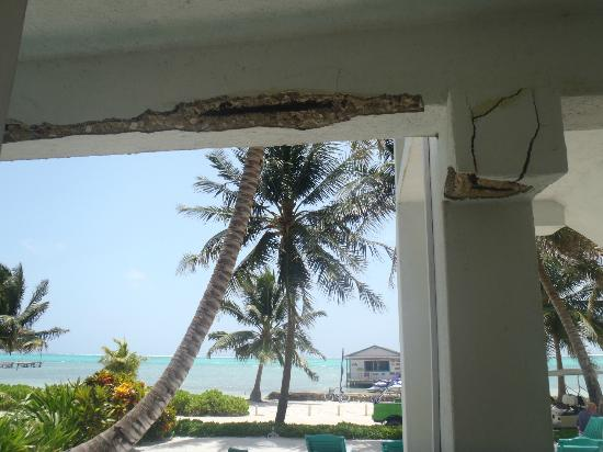 Seven Seas Resort: Rm 2 The walls crumbling outside room 2