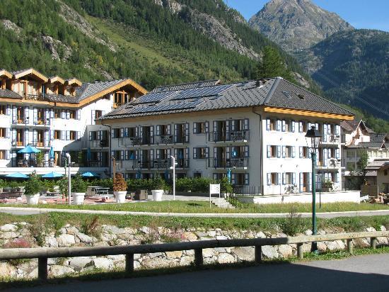Residence & Spa Vallorcine Mont Blanc: Vue de l'autre côté de l'Eau Noire! 