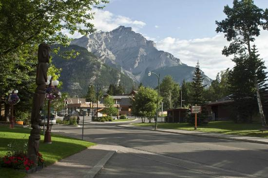 Banff Park Lodge Resort and Conference Centre: Outside the front door of the Banff Park Lodge