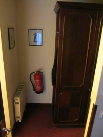 Cordial Theaterhotel Wien: wardrobes on the bottom floor of the suite
