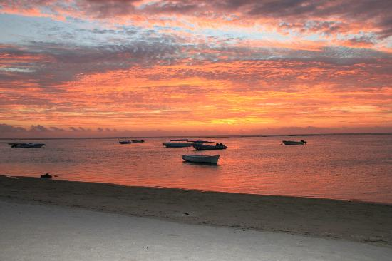 Sofitel Mauritius L'Imperial Resort & Spa: Beautiful colours of sky at Sofitel Beach
