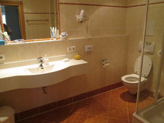 Landhotel Hoisl-Bräu: GOOD SIZED BATHROOOMS