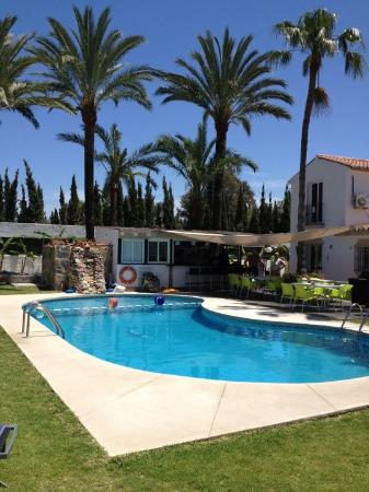 Banus Lodge: Lovely relaxing pool area with bar in background
