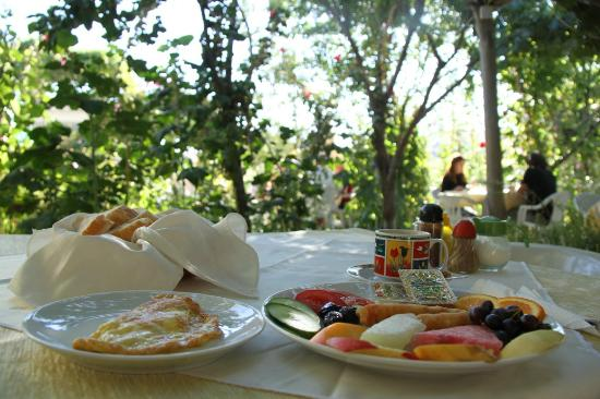 Kemal's Guest House: Breakfast and a cup of coffee in a perfect place.