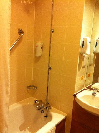 Premier Inn Blackburn South (M65, J4) Hotel: bathroom - shower/bath