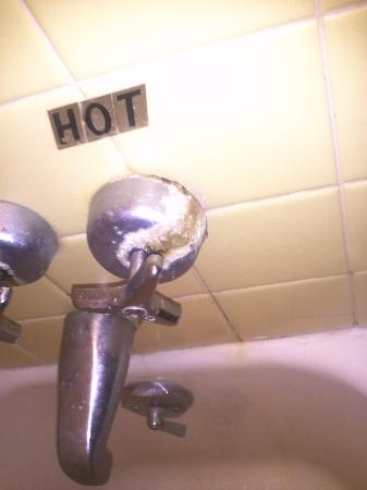 Surf Haven Motel: Shower faucet knob