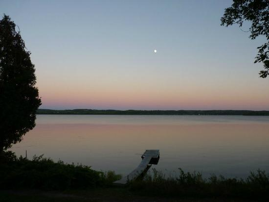 Elmhirst's Resort: Sunset on the lake