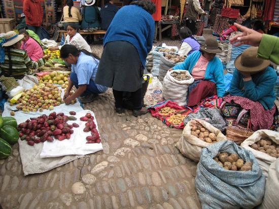Pisac, Perú: ピサックの市場にはカラフルなトウモロコシがたくさん!