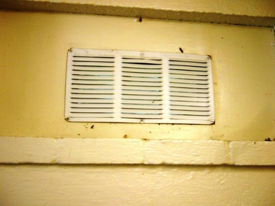 Tom's Cove Park: Screen vents covered in summer. Too many bugs.