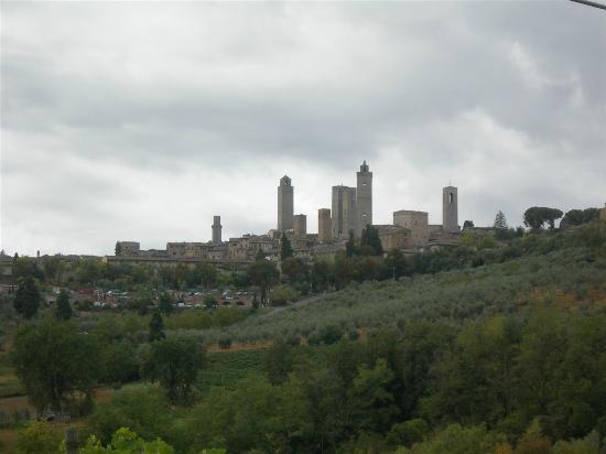 Tenuta Mormoraia: La vista su San Gimignano dalla piscina e dall'area Breakfast