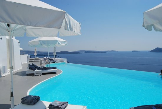 Katikies Hotel: One of a few pools. Beyond this is a stunning view of the sea.