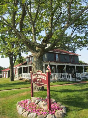 Applesauce Inn Bed & Breakfast: View from the street