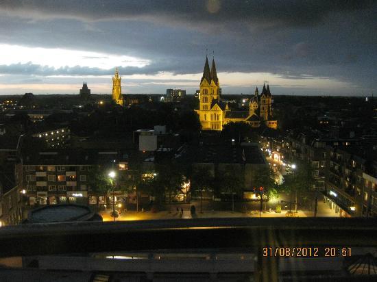Van der Valk Theaterhotel de Oranjerie: Avond uitzicht van kamer 907