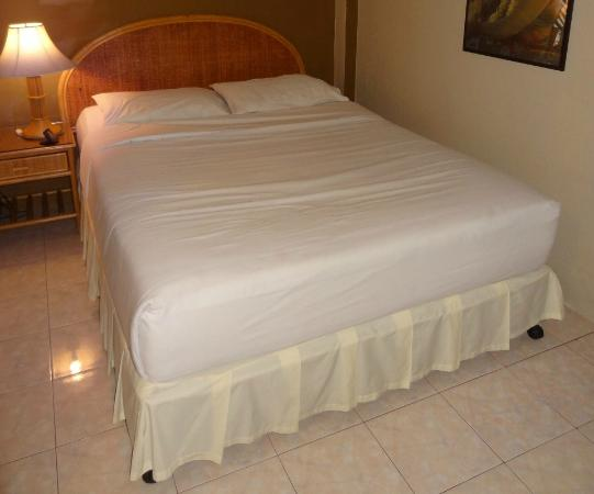 Summer Breeze Hotel: Summer Breeze bed