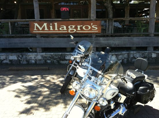 Milagro's Hill Country Tex-Mex : Lots of parking and outside seating