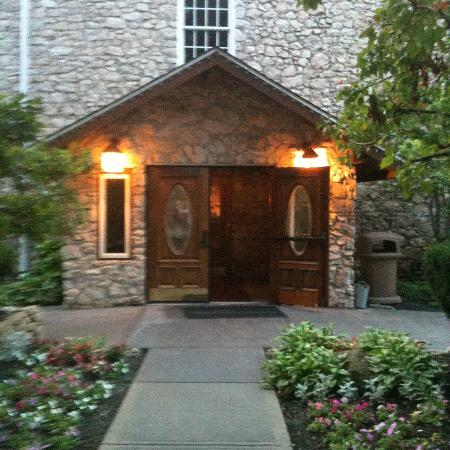 Mon Ami Restaurant & Winery: Front Entrance