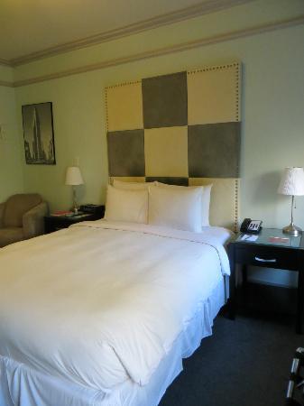 414 Hotel: Comfortable queen bed